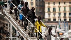 Μπαράζ αφίξεων μεταναστών στην Ιταλία. Αβραμόπουλος: Δεν θα την αφήσουμε μόνη