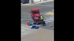Ce bagagiste aurait dû regarder autour de lui avant de maltraiter ces valises