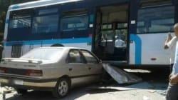 Un mort et une dizaine de blessés dans une collision entre un bus et deux voitures près de