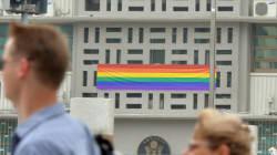 주한미국 대사관에 무지개 깃발이 걸렸다