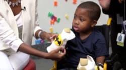 Le premier enfant greffé des deux mains peut manger, écrire et