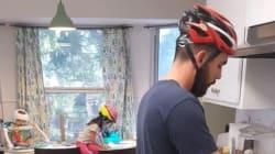 이 가족이 매일 헬멧을 쓰고 생활하는