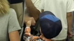 Ce petit garçon checke les passagers de son vol et il est vraiment