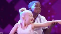 두 명의 아이가 '더티댄싱'의 명장면을