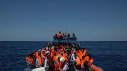 Βίντεο: Μετανάστες φτάνουν σε παραλία της Ισπανίας. Πώς αντιδρούν οι