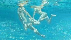 Το γυμνό σώμα, το νερό και η λύτρωση: Ο «χαμένος παράδεισος» ζωντανεύει στα έργα της Μαρίας