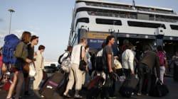 Αναχώρηση των τελευταίων ταξιδιωτών από τα λιμάνια της Αττικής ενόψει του
