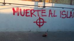 Inscriptions haineuses et tête de porc devant une mosquée dans la région de
