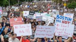 À Boston, des accrochages des militants d'extrême droite et des milliers de manifestants