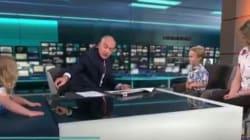 Παρουσιαστής ειδήσεων παραμένει πολύ άνετος όταν ένα μικρό κορίτσι «εισβάλλει» στο στούντιο στη διάρκεια