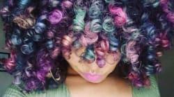 Elle crée ses propres colorations temporaires et ses cheveux sont