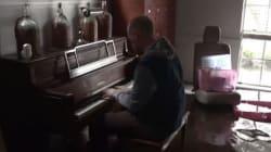 Βίντεο: Πάστορας στο Χιούστον παίζει πιάνο στο πλημμυρισμένο σπίτι του και γίνεται