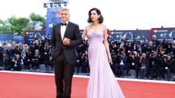 Το κόκκινο χαλί του Φεστιβάλ Βενετίας υποκλίνεται στην πρώτη δημόσια εμφάνιση της Amal Clooney μετά τη γέννηση των