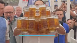 맥주 나르기 세계 신기록을 경신한