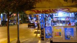Αληθινός «φαντομάς»: Ληστής με σακούλα στο κεφάλι ανοίγει περίπτερο στα Χανιά και κλέβει