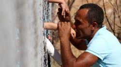 Η εικόνα με τον πρόσφυγα που φιλά το παιδί του πίσω από τα σίδερα ενός στρατοπέδου συγκέντρωσης συμπυκνώνει το δράμα του