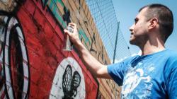 Όταν οι καλλιτέχνες του δρόμου αποφάσισαν να μετατρέψουν τις σβάστικες σε πολύχρωμα έργα