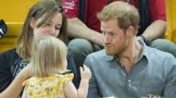 Quand une petite fille de 2 ans dérobe le pop-corn du Prince Harry, ça donne ça!