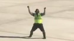 On a trouvé l'employé du mois: Il guide un avion en dansant sur le tarmac de