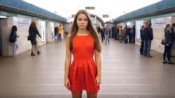 Γιατί αυτή η νεαρή γυναίκα επιμένει να σηκώνει τη φούστα της στο σταθμό του μετρό στην Αγία