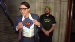 Justin Trudeau arrive au Parlement déguisé en Clark Kent et se transforme en