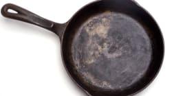 Aπατημένη καταστρέφει με τηγάνι το ΙΧ του πρώην