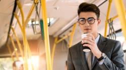 테이크 아웃 커피 들고 서울 시내버스 못