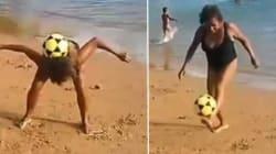 Le niveau de cette dame âgée qui jongle sur la plage ferait rougir certains joueurs