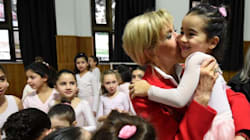 Alors que Macron et Essebsi discutaient politique, Brigitte Macron va à la rencontre des enfants de la Maison des jeunes