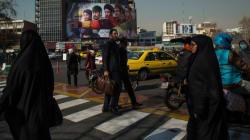 De plus en plus d'Iraniennes enlèvent leur voile pour protester contre son port