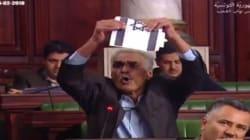 Le député Ammar Amroussia déchire le drapeau d'Israël à l'Assemblée des Représentants du Peuple