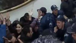 Vidéo: La police violente des médecins résidents à l'hôpital Mustapha