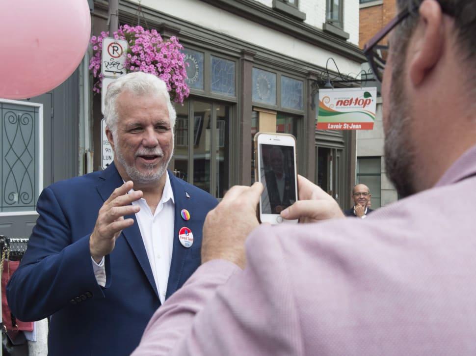 Philippe Couillard enregistre des voeux d'anniversaire à l'aide d'un téléphone