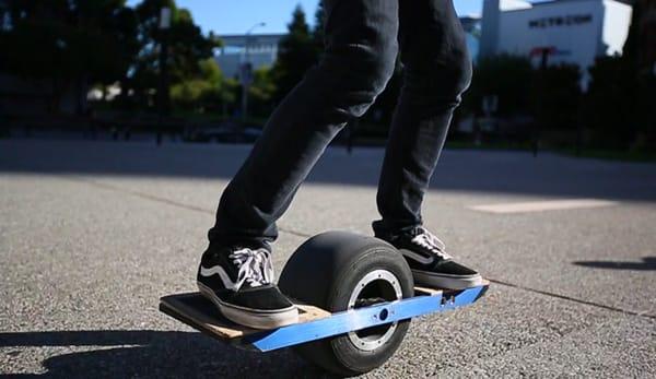 Onewheel kombiniert Segway, Skateboard und Unicycle für Asphalt-Surfgefühle (Video)