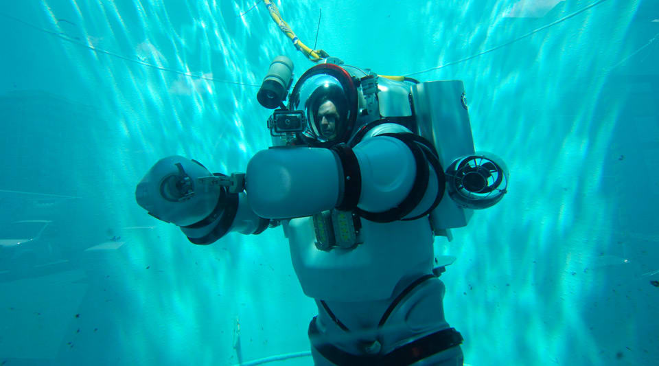 The Big Picture: Exploring the deep blue in a wearable submarine