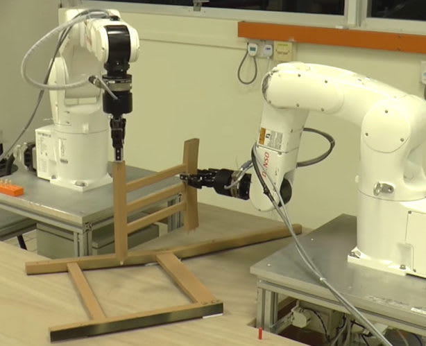 Zwei Roboter bauen Ikea-Möbel zusammen - ohne Anleitung