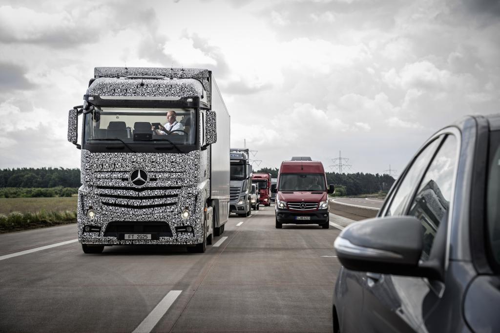 mercedes-benz future truck 2025: lastwagen ohne fahrer ist unterwegs