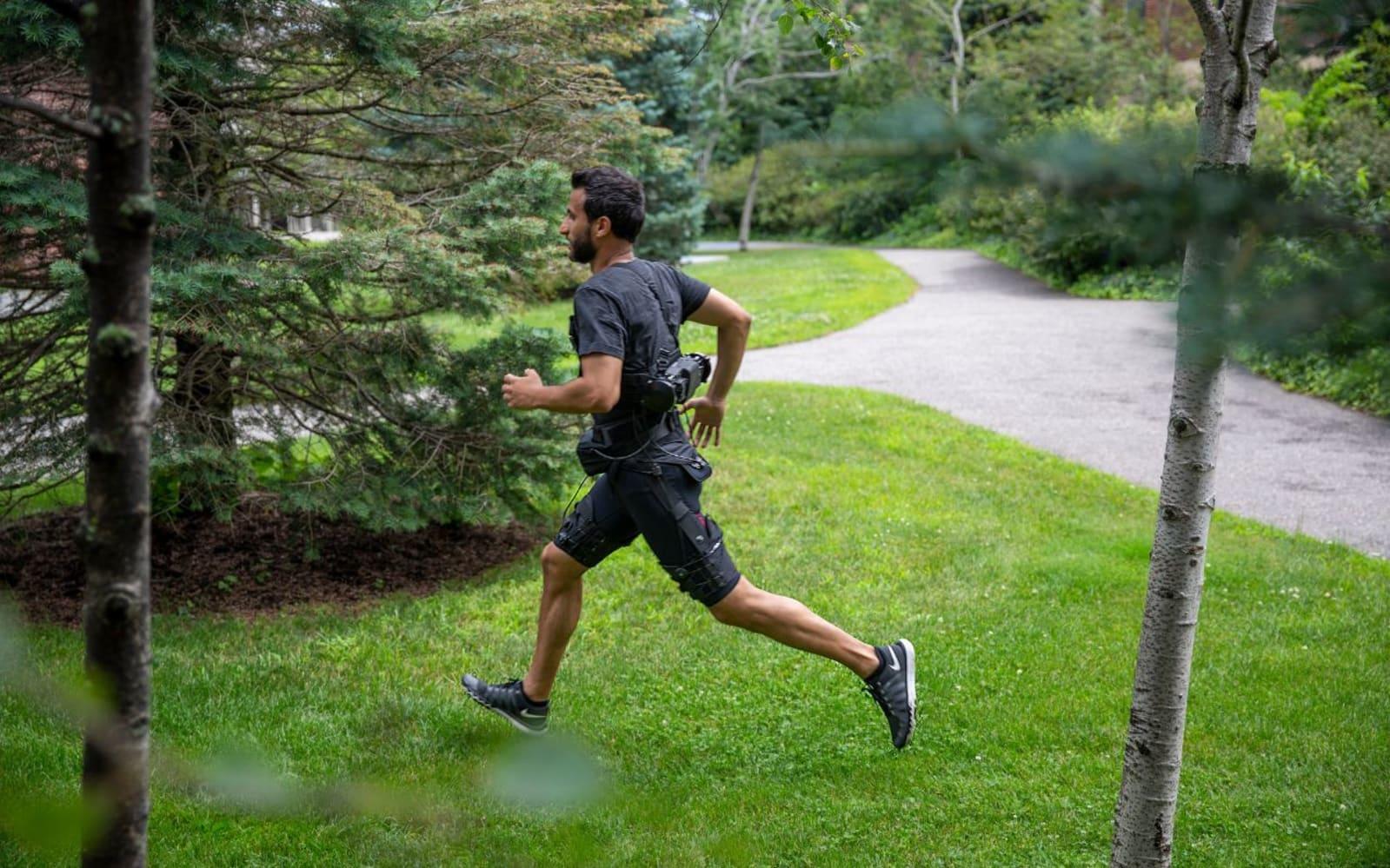 This hip-hugging exosuit uses AI to make walking and running easier