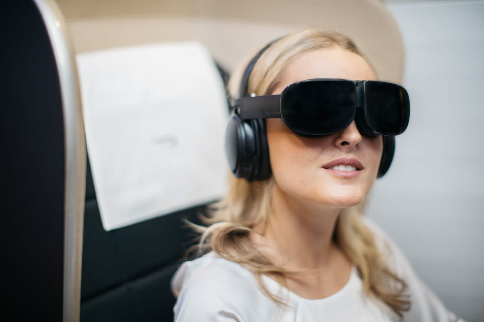 Картинки по запросу British Airways continues to expand the range of on-board entertainment services-virtual reality glasses will be available to first-class passengers of flights from London to New York.