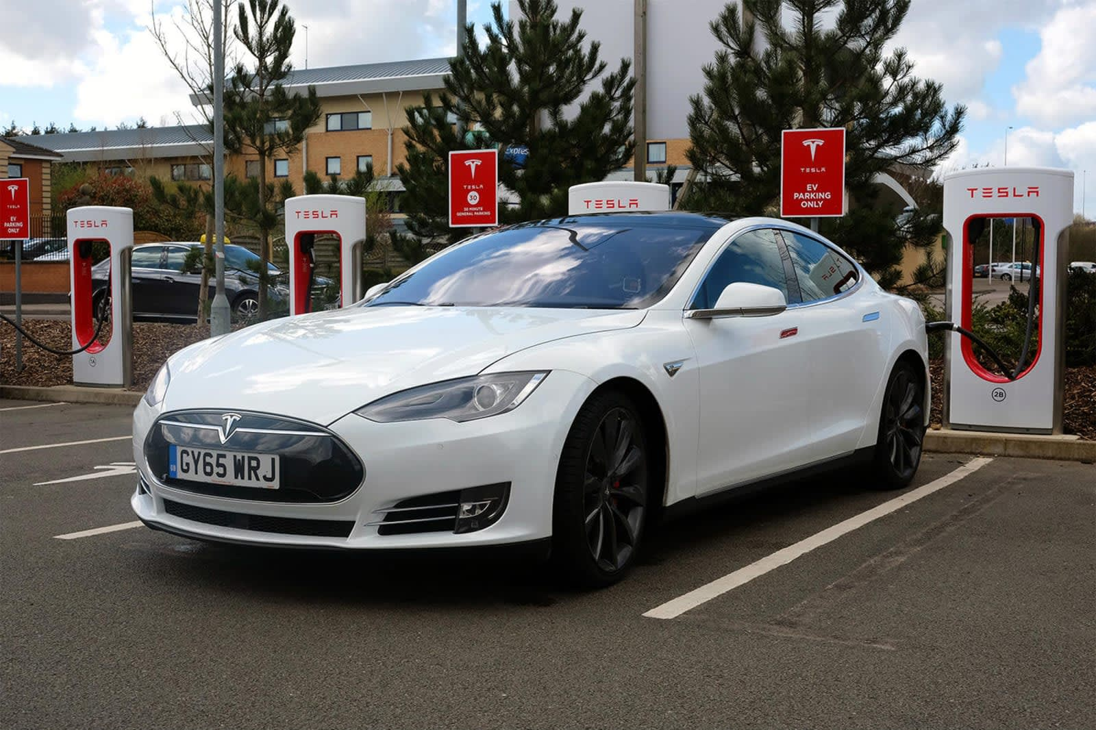 Tesla Charging Stations Nyc >> Tesla makes a small cut to its controversial Supercharger