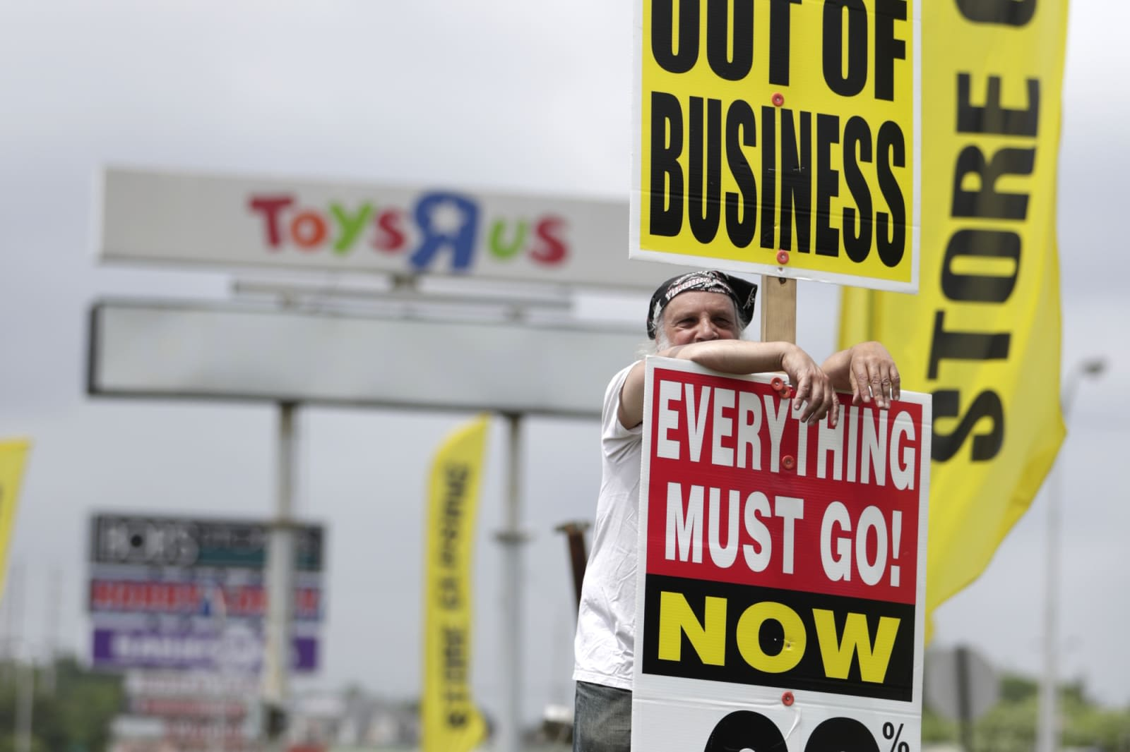 Toys 'R' Us could come back with six stores and a website