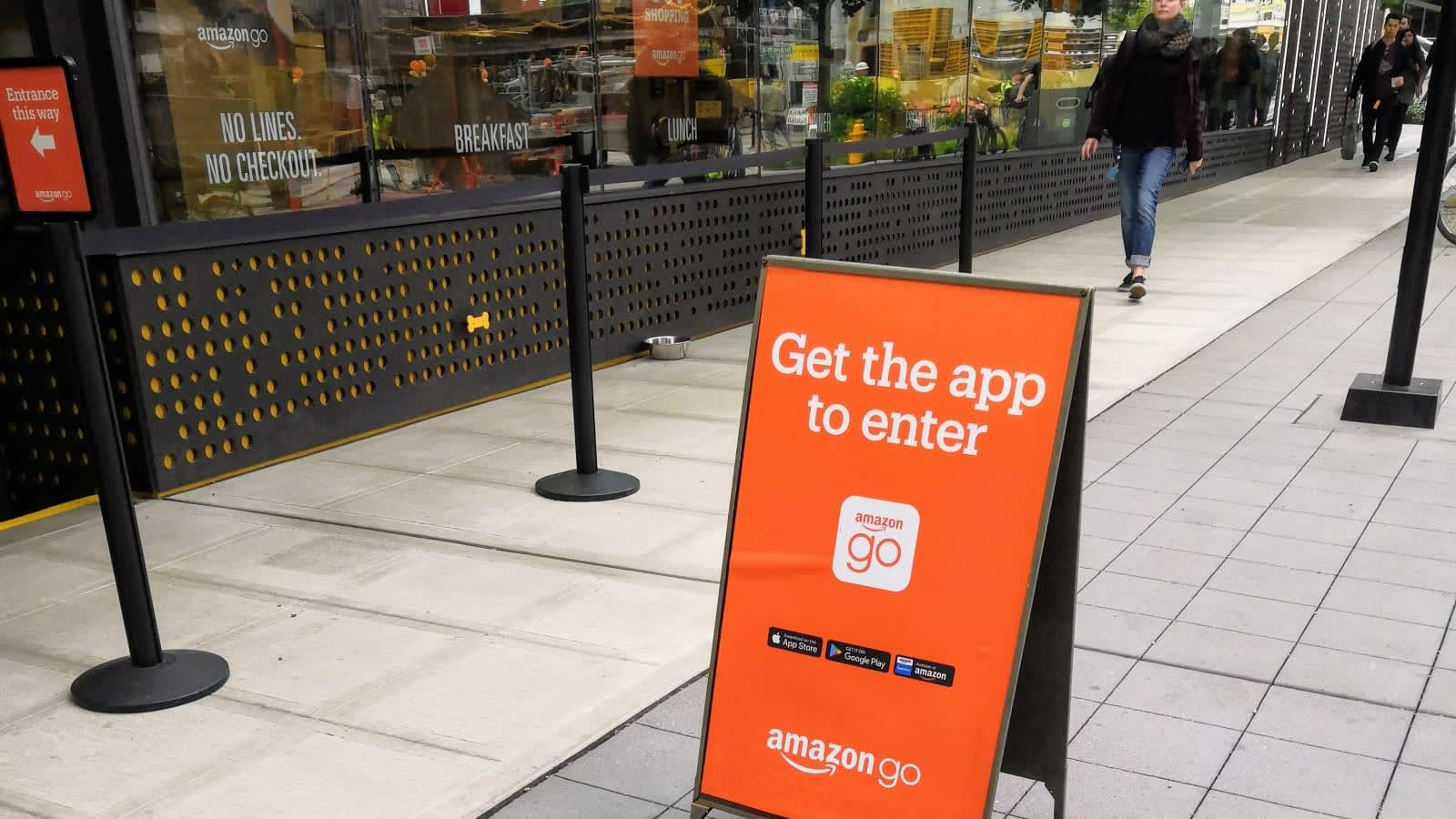 7910d27cf8e8d1 Amazon's New York Go store is the first to accept cash