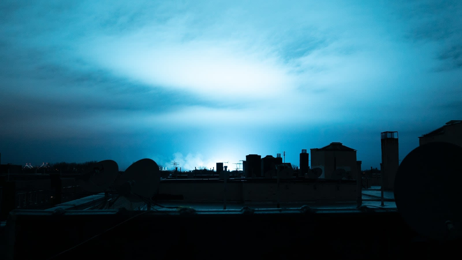 electrical fault at power plant turned new york s skyline blue