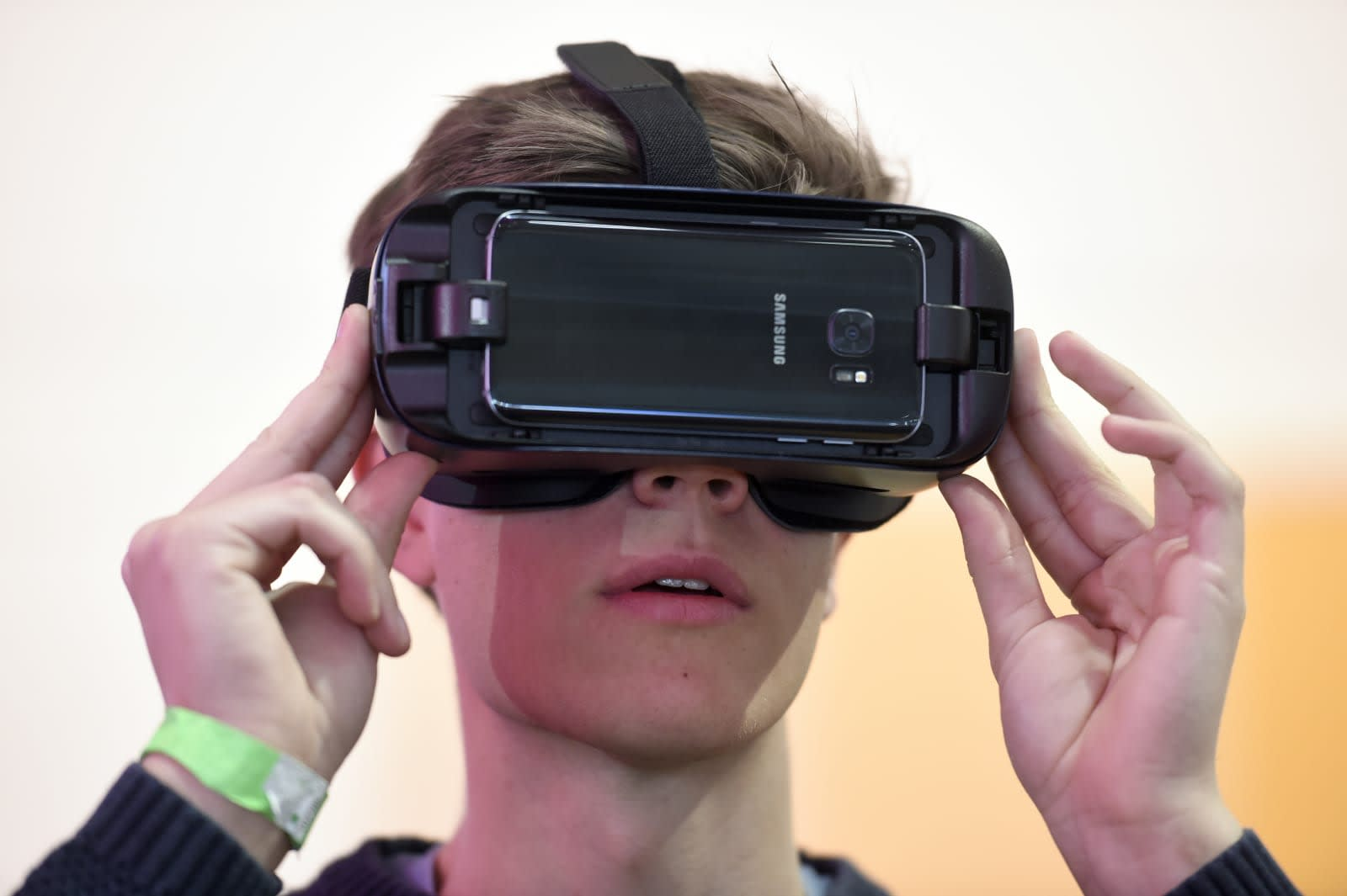 abc1e4b0016 Fabian Bimmer   Reuters. Things have been quiet for Samsung s Gear VR ...