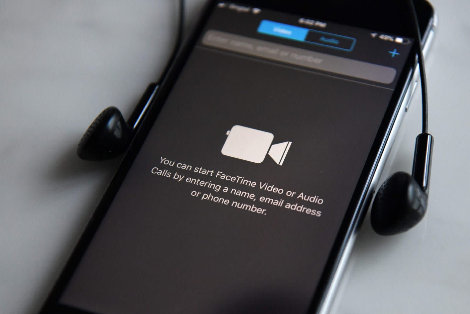 FaceTime bug lets you listen in before a call starts
