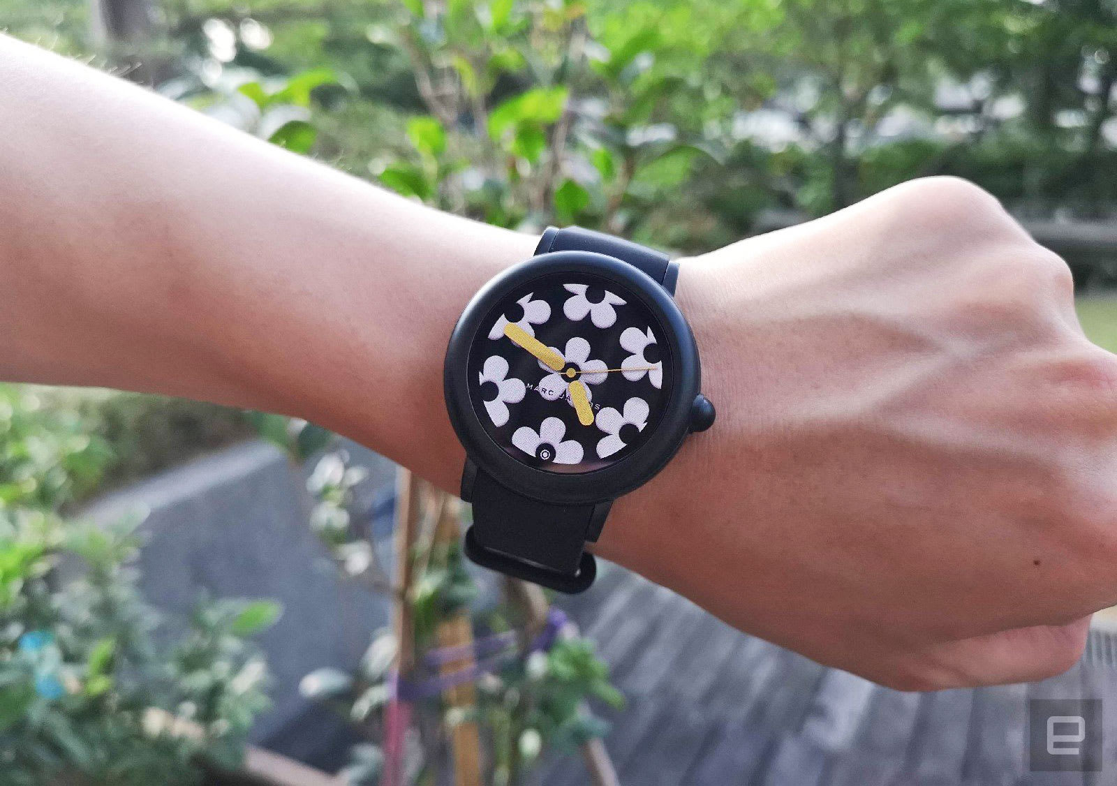 2dee0d544 Marc Jacobs is (un)fashionably late with its first touchscreen watch