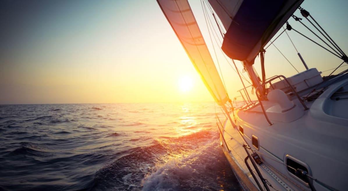 Seguire il vento e usare il sole, in barca a vela con i pannelli solari