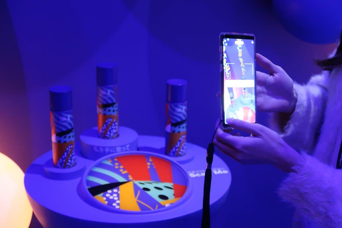 立ち上る気泡がスマートフォンの画面に現れる