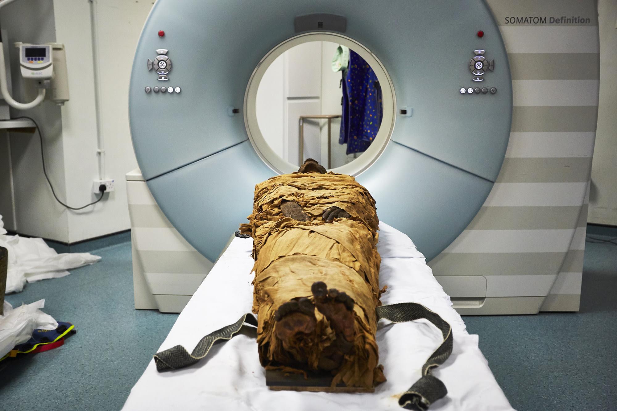 Nesyamun's mummified body on a CT scanner in the UK