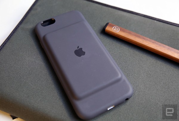 617227c79691c8 Move over Mophie, Apple has a $99 Smart Battery Case